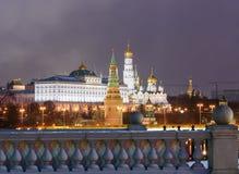 Ανάχωμα του Κρεμλίνου, μεγάλο παλάτι του Κρεμλίνου Άποψη από τη γέφυρα Patriarshy Μπλε πυροβολισμός ώρας πρωινού Στοκ φωτογραφία με δικαίωμα ελεύθερης χρήσης