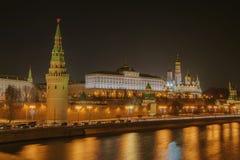 Ανάχωμα του Κρεμλίνου, τοίχος του Κρεμλίνου, μεγάλο παλάτι του Κρεμλίνου Χειμερινός πυροβολισμός νύχτας Στοκ Εικόνες