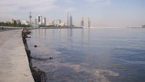 Ανάχωμα του Μπακού, Αζερμπαϊτζάν Η Κασπία Θάλασσα και οι ουρανοξύστες απόθεμα βίντεο