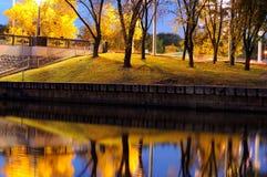 Ανάχωμα του ποταμού πόλεων το βράδυ στην πόλη φθινοπώρου Στοκ Εικόνα
