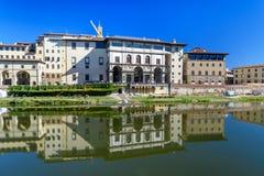 Ανάχωμα του ποταμού Arno κοντά στη γέφυρα Ponte Vecchio και τη στοά Uffizi Φλωρεντία Ιταλία στοκ φωτογραφίες με δικαίωμα ελεύθερης χρήσης