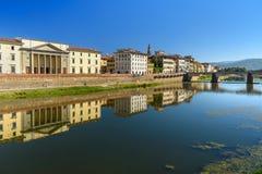Ανάχωμα του ποταμού Arno στην ηλιόλουστη ημέρα στη Φλωρεντία, Ιταλία στοκ φωτογραφίες με δικαίωμα ελεύθερης χρήσης