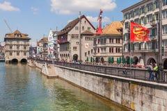 Ανάχωμα του ποταμού Limmat στη Ζυρίχη, Ελβετία Στοκ εικόνες με δικαίωμα ελεύθερης χρήσης