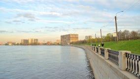 Ανάχωμα του ποταμού Neva, περίχωρα της Αγίας Πετρούπολης απόθεμα βίντεο