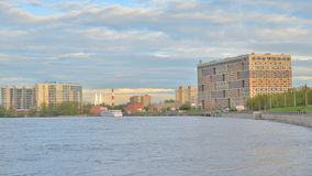 Ανάχωμα του ποταμού Neva, περίχωρα της Αγία Πετρούπολης απόθεμα βίντεο