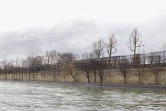 Ανάχωμα του Σηκουάνα με το πάρκο Στοκ Φωτογραφία
