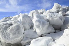 Ανάχωμα του χιονιού και του πάγου στην άνοιξη Στοκ Εικόνες