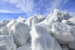Ανάχωμα του χιονιού και του πάγου στην άνοιξη Στοκ Φωτογραφία