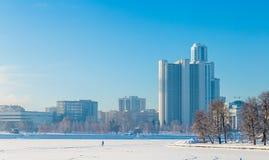 Ανάχωμα το χειμώνα Yekaterinburg μια ηλιόλουστη ημέρα Στοκ εικόνες με δικαίωμα ελεύθερης χρήσης