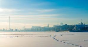 Ανάχωμα το χειμώνα Yekaterinburg μια ηλιόλουστη ημέρα Στοκ Εικόνα