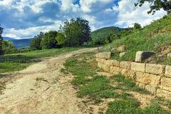 Ανάχωμα Chetinyova και βουνό gora Sredna στη archeological περιοχή Starosel, Βουλγαρία Στοκ φωτογραφίες με δικαίωμα ελεύθερης χρήσης
