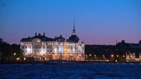 Ανάχωμα Dvortsovaya τη νύχτα Πετρούπολη Άγιος απόθεμα βίντεο