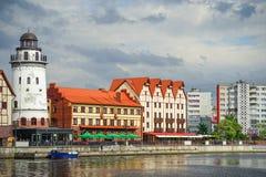 Ανάχωμα Kaliningrad με τα σύγχρονα κτήρια και τα δέντρα στο υπόβαθρο του ποταμού Στοκ φωτογραφία με δικαίωμα ελεύθερης χρήσης