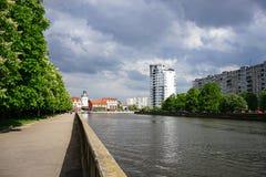 Ανάχωμα Kaliningrad με τα σύγχρονα κτήρια και τα δέντρα στο υπόβαθρο του ποταμού Στοκ Φωτογραφία