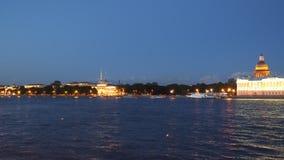 Ανάχωμα Neva στη Αγία Πετρούπολη τη νύχτα απόθεμα βίντεο