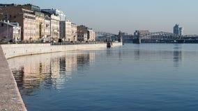 Ανάχωμα Sinopskaya του ποταμού Neva στη Αγία Πετρούπολη το πρωί Στοκ φωτογραφίες με δικαίωμα ελεύθερης χρήσης