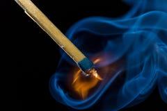 Ανάψτε ένα matach, καπνός Στοκ Φωτογραφία