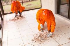 Ανάδοχοι που αφαιρούν τα κεραμίδια πατωμάτων στοκ εικόνα με δικαίωμα ελεύθερης χρήσης