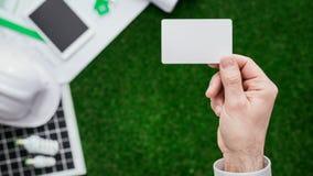 Ανάδοχος που κρατά μια επαγγελματική κάρτα στοκ φωτογραφία με δικαίωμα ελεύθερης χρήσης