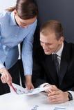 Ανάλυση των οικονομικών στοιχείων κατά τη διάρκεια της επιχειρησιακής συνεδρίασης Στοκ εικόνες με δικαίωμα ελεύθερης χρήσης