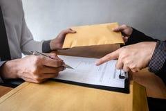 Ανέντιμη εξαπάτηση στα επιχειρησιακά παράνομα χρήματα, επιχειρηματίας που δίνουν τα χρήματα δωροδοκιών στο φάκελο στους επιχειρημ στοκ φωτογραφία με δικαίωμα ελεύθερης χρήσης