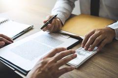 Ανέντιμη εξαπάτηση στα επιχειρησιακά παράνομα χρήματα, επιχειρησιακό άτομο που δίνουν τα χρήματα δωροδοκιών στους επιχειρηματίες  στοκ εικόνες