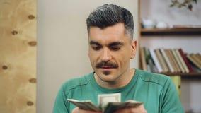 Ανέντιμος αλλοιωμένος επιχειρηματίας που μετρά τα εύκολα χρήματα και που κρύβει τα, απάτη φιλμ μικρού μήκους