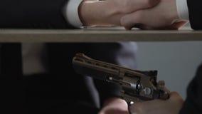 Ανέντιμο άτομο στο επιχειρησιακό κοστούμι που απειλεί τον αντίπαλο από το πυροβόλο όπλο, παράνομη συμφωνία απόθεμα βίντεο
