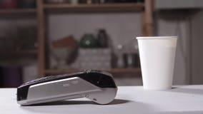 Ανέπαφη μέθοδος πληρωμής Στιγμή της πληρωμής με ένα κινητό τηλέφωνο μέσω του τερματικού Αγοράστε και πωλήστε Υπηρεσία προϊόντων απόθεμα βίντεο