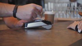 Ανέπαφη πληρωμή έννοιας NFC Παραγωγή της πληρωμής με την πιστωτική κάρτα και pos τον τελικό, τυπωμένο έλεγχο Μια καφετερία απόθεμα βίντεο