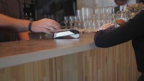 Ανέπαφη πληρωμή έννοιας NFC Παραγωγή της πληρωμής με την πιστωτική κάρτα και pos τον τελικό, τυπωμένο έλεγχο απόθεμα βίντεο