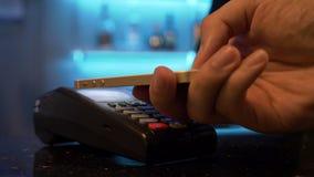 Ανέπαφη πληρωμή με το bitcoin που χρησιμοποιεί το smartphone σας σε ένα μπαρ απόθεμα βίντεο