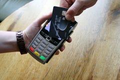 ανέπαφο διάστημα αντιγράφων υποβάθρου καρτών πληρωμής pdq με hol χεριών στοκ φωτογραφίες με δικαίωμα ελεύθερης χρήσης