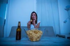 Ανήσυχη γυναίκα που προσέχει τη TV Στοκ Φωτογραφίες