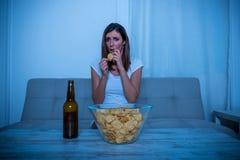 Ανήσυχη γυναίκα που προσέχει τη TV Στοκ εικόνα με δικαίωμα ελεύθερης χρήσης
