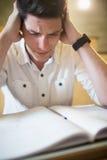 Ανήσυχος άνδρας σπουδαστής κατά τη διάρκεια του διαγωνισμού στοκ φωτογραφία