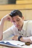 Ανήσυχος άνδρας σπουδαστής κατά τη διάρκεια του διαγωνισμού στοκ φωτογραφίες με δικαίωμα ελεύθερης χρήσης