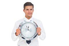 Ανήσυχος επιχειρηματίας που κρατά ένα ρολόι Στοκ φωτογραφία με δικαίωμα ελεύθερης χρήσης