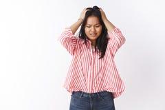 Ανήσυχο και ενοχλημένο ανησυχημένο χαριτωμένο γυναικείο προσωπικό στη ριγωτή μπλούζα που αισθάνεται το νευρικό και μπερδεμένο κεφ στοκ φωτογραφίες