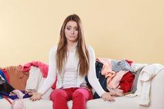 Ανίσχυρη συνεδρίαση γυναικών στον καναπέ στο ακατάστατο σπίτι δωματίων Στοκ εικόνες με δικαίωμα ελεύθερης χρήσης