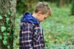 Ανίσχυρος και συνεσταλμένος Μικρός ορφανός Το μικρό παιδί είναι ορφανό Χαριτωμένο παιδί μόνο στα ξύλα Το πρώην παιδί είναι πρώτος στοκ φωτογραφία με δικαίωμα ελεύθερης χρήσης