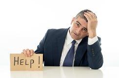Ανίσχυρος ώριμος επιχειρηματίας ένα σημάδι βοήθειας στην πίεση ανεργίας οικονομικής κρίσης και την έννοια κατάθλιψης που απομονών στοκ φωτογραφία