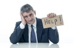 Ανίσχυρος ώριμος επιχειρηματίας ένα σημάδι βοήθειας στην πίεση ανεργίας οικονομικής κρίσης και την έννοια κατάθλιψης που απομονών στοκ φωτογραφίες με δικαίωμα ελεύθερης χρήσης