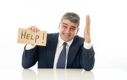 Ανίσχυρος ώριμος επιχειρηματίας ένα σημάδι βοήθειας στην πίεση ανεργίας οικονομικής κρίσης και την έννοια κατάθλιψης που απομονών στοκ φωτογραφία με δικαίωμα ελεύθερης χρήσης