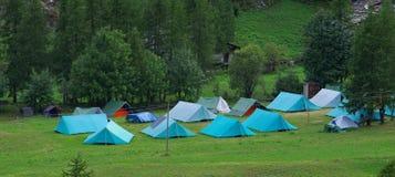 Ανίχνευση αγοριών campground με τις σκηνές Στοκ φωτογραφίες με δικαίωμα ελεύθερης χρήσης