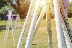 Ανίχνευση αγοριών campground Ο εξοπλισμός πόλων είναι η συσκευή εκμάθησης μιας ανίχνευσης στοκ φωτογραφίες