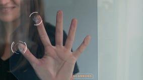 Ανίχνευση δακτυλικών αποτυπωμάτων του θηλυκού χεριού απόθεμα βίντεο