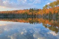 ανίχνευση λιμνών φθινοπώρο Στοκ φωτογραφία με δικαίωμα ελεύθερης χρήσης