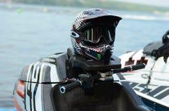 Αναβάτες μηχανικών δίκυκλων και μοτοσικλέτα-κρανών νερού (αθλητισμός μηχανών νερού) Στοκ Φωτογραφία