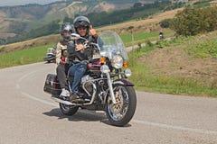 Αναβάτες σε έναν κλασικό Moto Guzzi Καλιφόρνια Στοκ εικόνα με δικαίωμα ελεύθερης χρήσης
